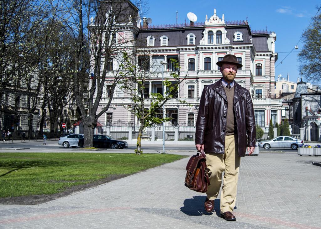 Mike Collier, journalist i Riga. Ryska ambassaden i bakgrunden.