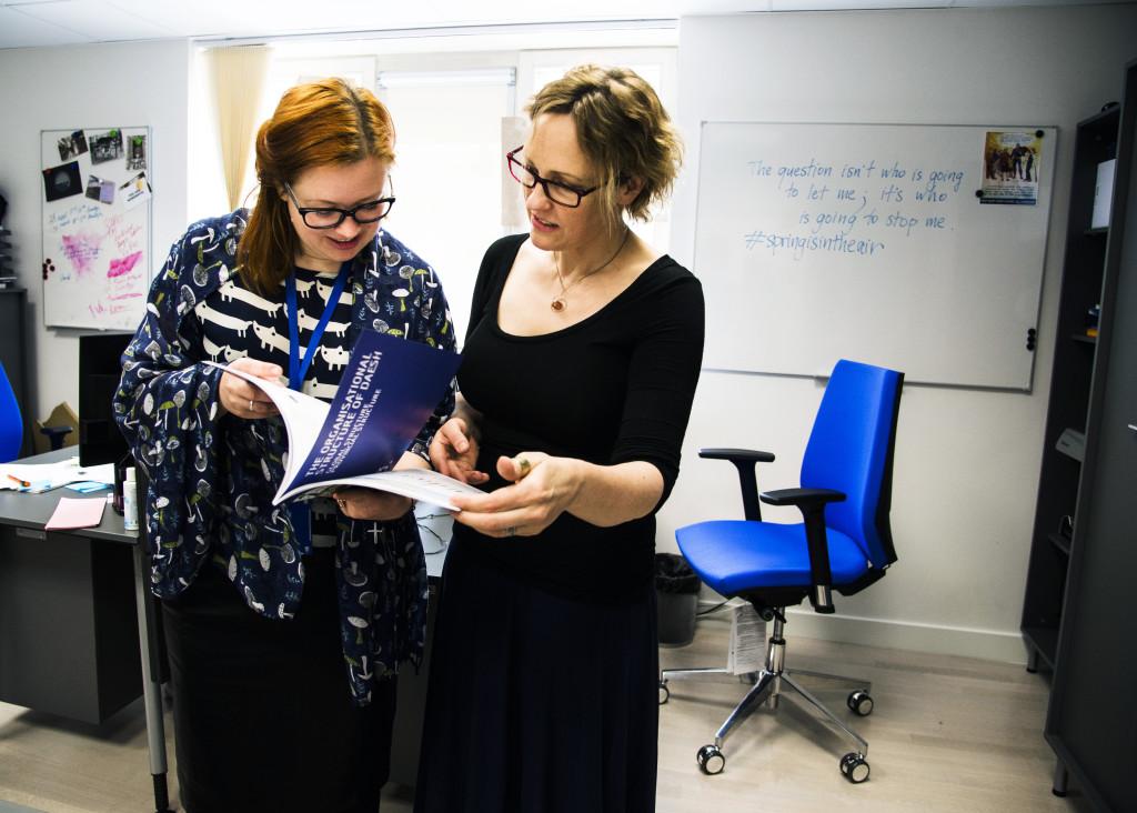 Linda Curika, pr-officer och Anna Reynolds, redaktör går igenom ny trycksak om daesh.
